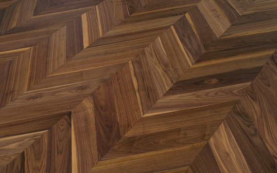 Chevron 45° wood floor in American Walnut: brushed, varnished.