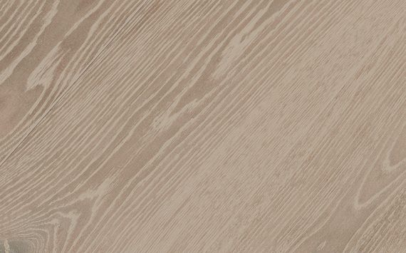 Engineered wood planks floor in Oak: brushed, stained, varnished.