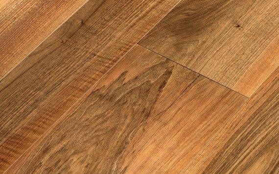 Engineered wood planks floor in European Walnut: sanded, varnished.