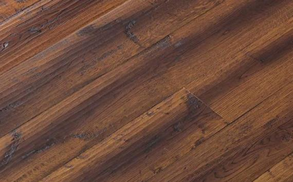 Engineered wood planks floor in Oak: hand planed, rounded, stained, varnished.