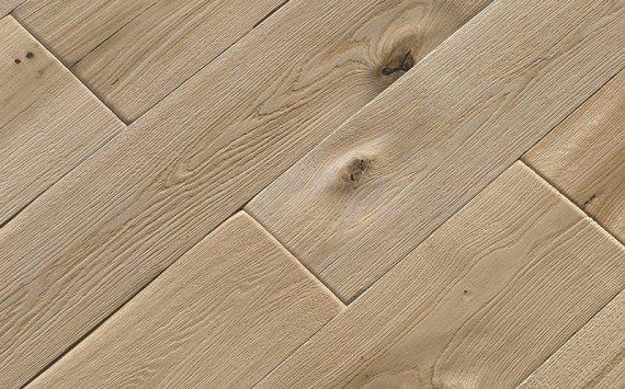 Engineered wood planks floor in Oak: brushed, aged effect, had carved, varnished.