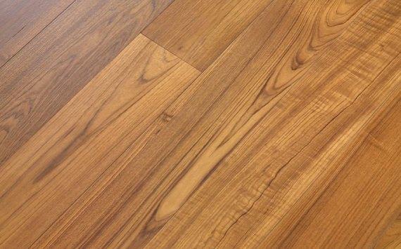 Engineered wood planks floor in Teak: sanded, varnished.